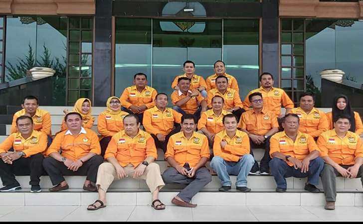 Sekretaris-Dewan-Pimpinan-Kolektif-Kosgoro-1957-Provinsi-Riau-Yulhendri-kiri-berkacamata.jpg