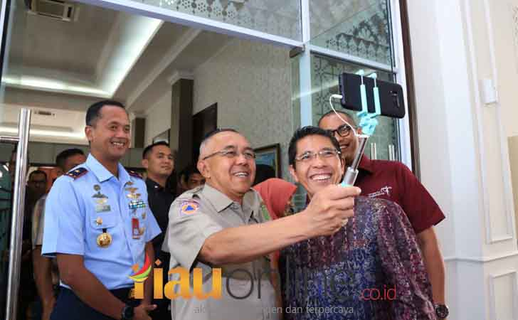 Selfie-Gubernur-Riau-Menteri-Senior-Singapura.jpg