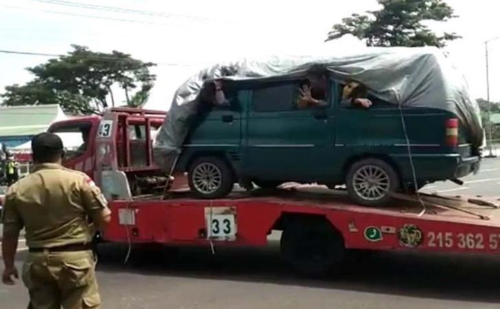 Sembunyi-di-truk-Towing.jpg