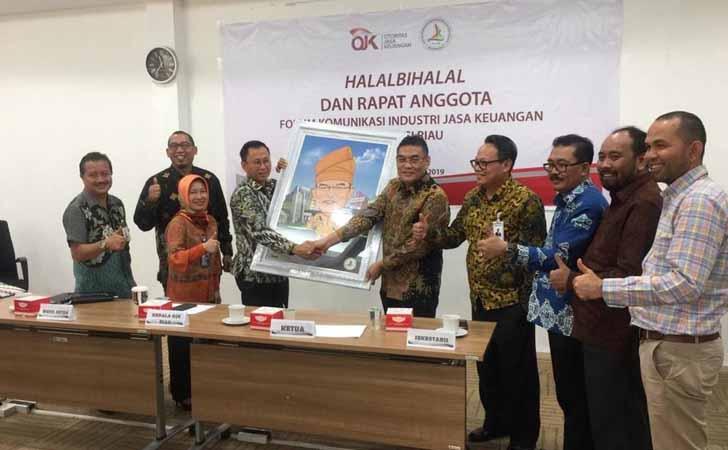 Serah-Terima-Ketua-FKIJK-Riau.jpg