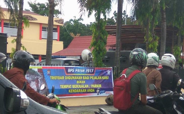 Spanduk-di-Polda-Riau1.jpg