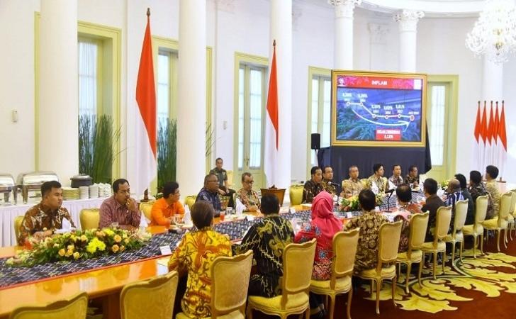 Syamsuar-Duduk-di-Samping-Presiden-Jokowi.jpg