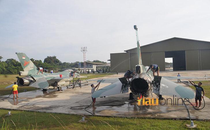 TNI-AU-mandikan-pesawat-tempur.jpg