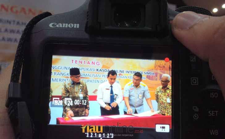 Tanda-Tangan-MoU-Bank-Riau-Kepri-dengan-Pemda.jpg
