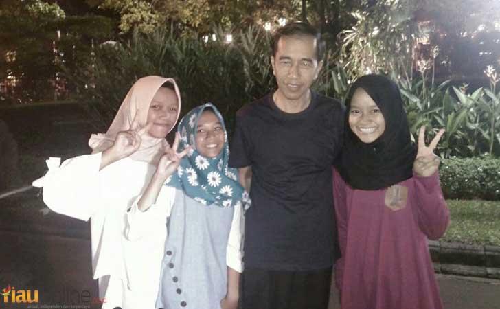 Tiga-gadis-Madiun-dan-Jokowi.jpg