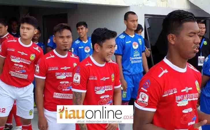 Tim-PSPS-Riau-saat-Memasuki-Lapangan-Hijau.jpg