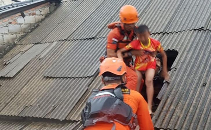 Tim-Rescue-KANSAR-Jakarta-mengevakuasi-warga.jpg