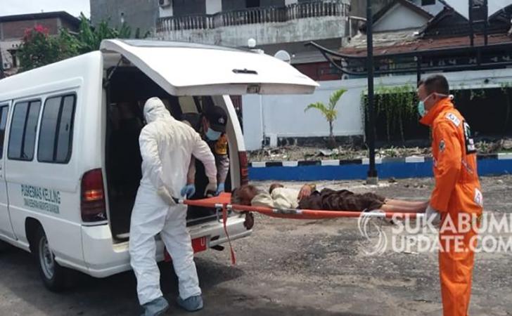 Tim-medis-mengevakuasi-pria-yang-pingsan-di-toilet-TerminalPalabuhanratu.jpg