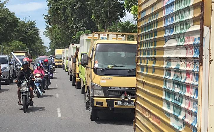Truk-mengantri-BBM-di-pekanbaru.jpg