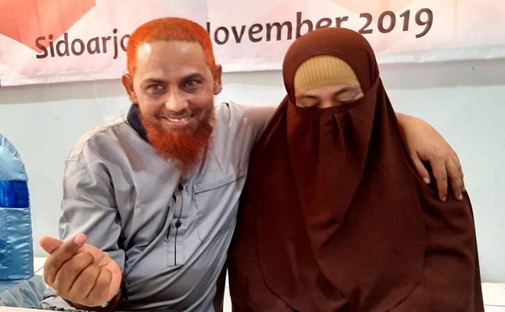 Umar-Patek-pamer-kemesraan-dengan-sang-isteri-usai-menerima-SK-WNI-di-Lapas-Porong.jpg