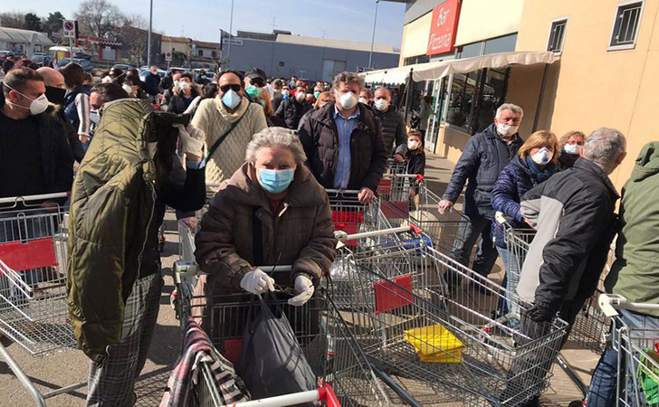 Warga-di-Codogno-Italia-mengantre-untuk-membeli-makanan.jpg