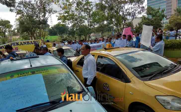 demo-taksi-konvensional-di-depan-Kantor-Walikota-Pekanbaru.jpg