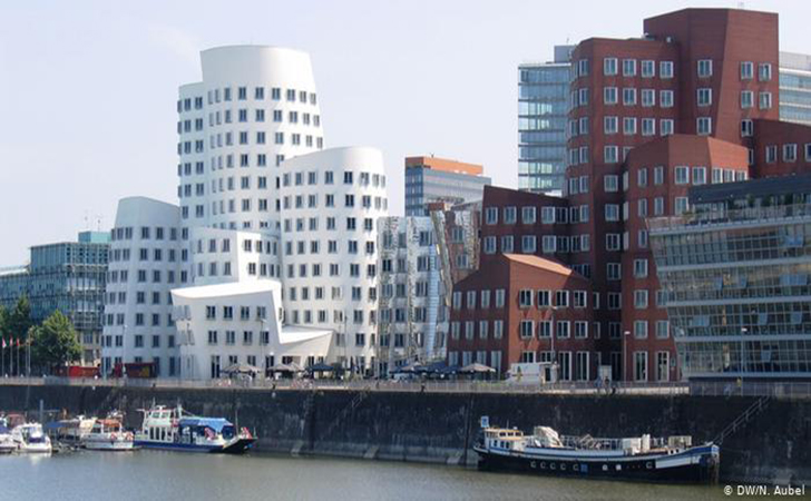 gedung-Frank-O-Gehry.jpg
