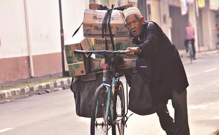 kakek-dorong-sepeda.jpg