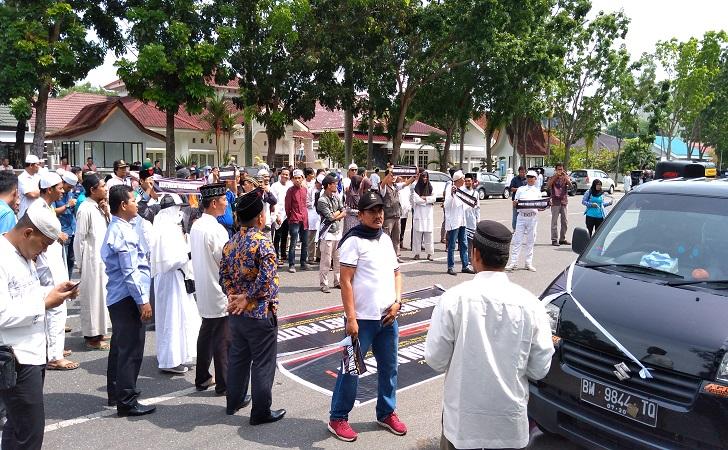 massa-datangi-KPU-Riau.jpg