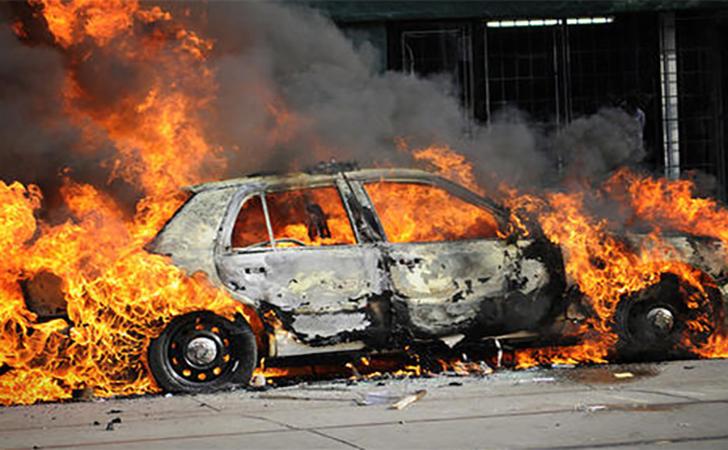 mobil-dibakar.jpg