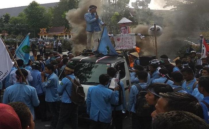 orang-orangan-sawah-dengan-wajah-foto-Jokowi.jpg