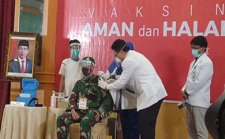 vaksinasi-perdana-di-Riau2.jpg