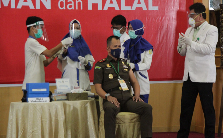 vaksinasi-perdana-di-Riau5.jpg