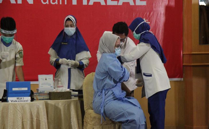 vaksinasi-perdana-di-Riau6.jpg