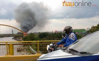 Asap Kebakaran di Jalan Perdagangan terlihat dari Jembatan Siak