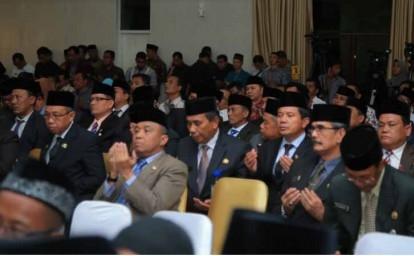 Kepala Dinas, Badan, Kantor, dan ratusan undangan lainnya ikut berdoa dalam acara pelantikan H Sukiman, sebagai Bupati Rohul