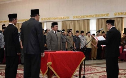 Gubernur-Lantik-Sekdaprov-Riau.jpg