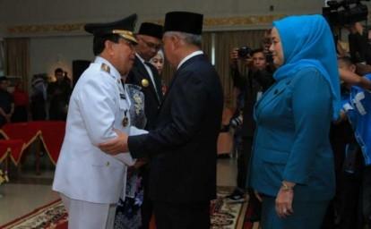 Usai dilantik, Gubernur Riau, Andi Rahman, memberi selamat kepada Bupati Rohul H Sukiman