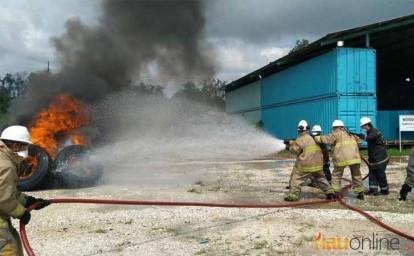 Karyawan PT RAPP tengah melakukan pemadaman api dalam kompetisi Fire Mill Brigade.