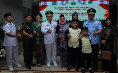 Bupati Rohul H Sukiman, usai dilantik foto bersama keluarga