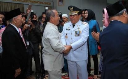 Tokoh masyarakat Rohul beserta para undangan lainnya memberikan ucapan selamat kepada Bupati Rohul H Sukiman