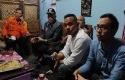 Bupati-Sleman-Sri-Purnomo-sedang-berbincang-dengan-relawan.jpg