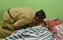 Bupati-Syamsuar-Cium-Kening-Lutfi-Hakim.jpg