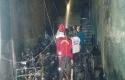 Damkar-dibantu-warga-padamkan-api.jpg