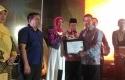 Dirut-Bank-Riaukepri-Serahkan-Penghargaan-UMKM-Award.jpg