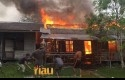 Dua-rumah-kayu-terbakar.jpg