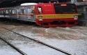 KRL-Commuterline-melintas-perlahan-pada-jalur-rel-yang-terendam-banjir.jpg