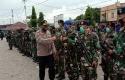 Kapolres-Mimika-AKBP-IGG-Era-Adhinata-menyalami-para-prajurit-TNI.jpg