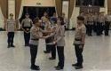 Kapolri-Idham-Azis-memberi-penghargaan-pada-Polisi-Berprestasi.jpg