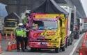 Kepolisian-mengecek-muatan-truk.jpg