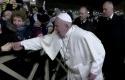 Paus-Fransiskus-marah-tangannya-ditarik-jemaat-wanita.jpg