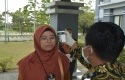 Pemeriksaan-suhu-tubun-di-depan-pintu-masuk-gedung-rektorat-UIN-Suska-Riau.jpg