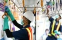 Petugas-membersihkan-bagian-kereta-di-Stasiun-MRT-Lebak-Bulus.jpg