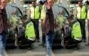 Polisi-mengganti-ban-mobil-di-Jalan-Mataram-Jogja.jpg