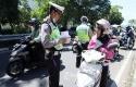 Polisi-tilang-pemotor2.jpg