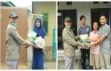 Rektor-Unilak-Dr-Junaidi-menyerahkan-bantuan-sembako-untuk-mahasiswa-indekos.jpg