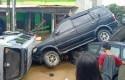 Sejumlah-kendaraan-terseret-arus-kemudian-tertumpuk-di-Bekasi.jpg