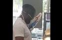 Seorang-pria-menggunakan-sepatu-sebagai-masker.jpg