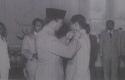 Soekarno-Lantik-Jenderal-TB-Simatupang.jpg