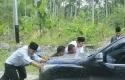 Syamsuar-Dorong-mobil.jpg